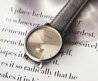 味のある燻し加工と文字盤のカラーが上品。「LLARSEN」の秋の新作腕時計