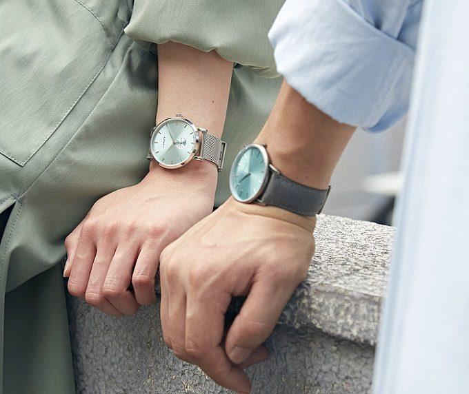 デンマーク発腕時計ブランド「LLARSEN(エルラーセン)」の新作をはめた男女の手元