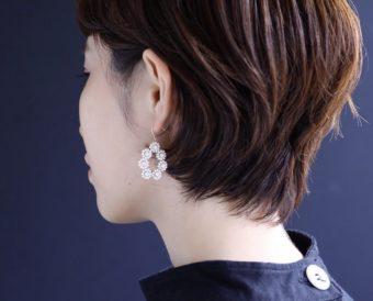 ガラスビーズがアンティークの宝石のよう。クラシカルな装いに似合う「mano」の刺繍ピアス