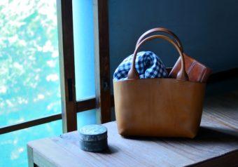 こだわりの革と手仕事から生み出される。「maumvillage」の秋色革バッグ&小物