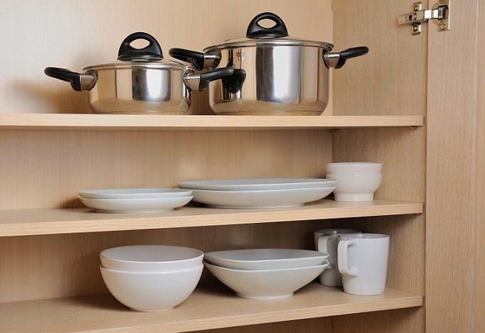 整然とお皿や鍋が並ぶ食器棚