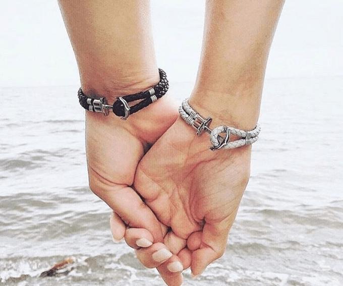 手をつなぐ男女の手