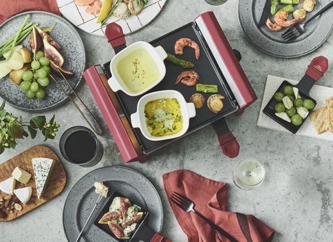 自宅でチーズ料理が楽しめる「ラクレット&フォンデュメーカー グランメルト」でフォンデュなどをする様子