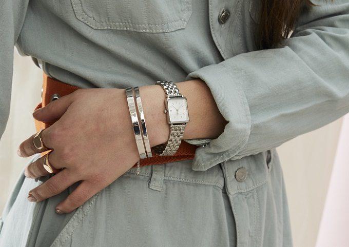 「ROSEFIELD(ローズフィールド)」のシンプルで上品なスクエア型の腕時計、着用例