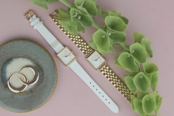 重ね付けで手元を上品に彩る。スクエア型の文字盤が女性らしい「ROSEFIELD」腕時計