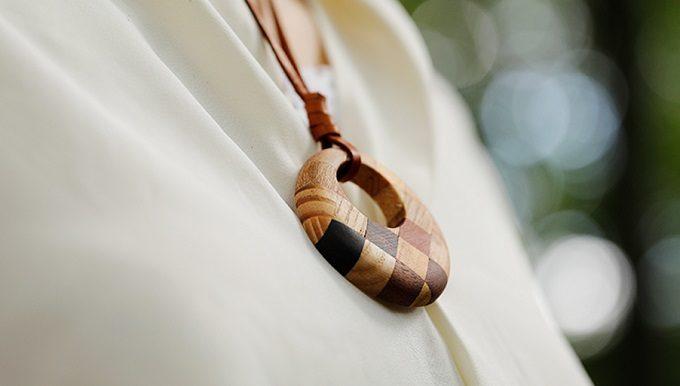 秋の装いに合わせたい。建築に長く利用されてきた木々から作る「白谷工房」の寄木のピアス