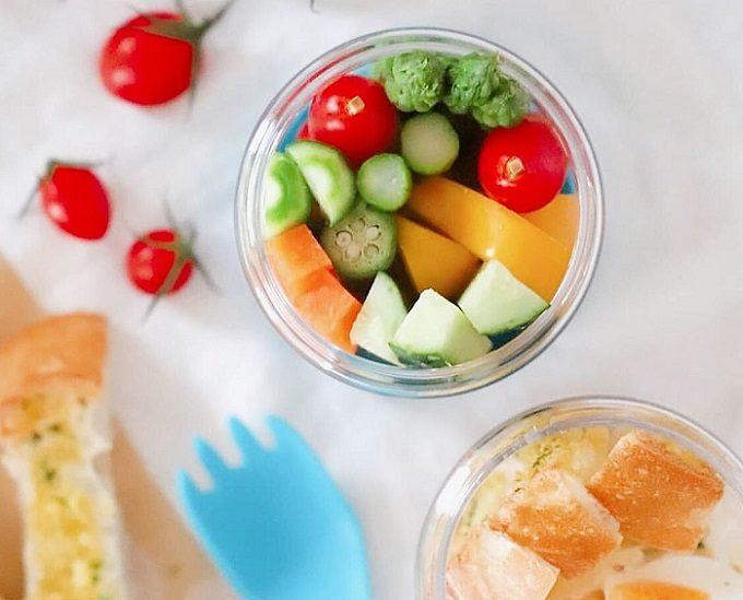 透明な容器でサラダがおしゃれに入れられる「INBOXサラダシェイカー」2