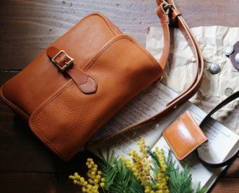 秋の着こなしをアップデート。上質な革を使った気品漂う「SLOW」のミニショルダーバッグ
