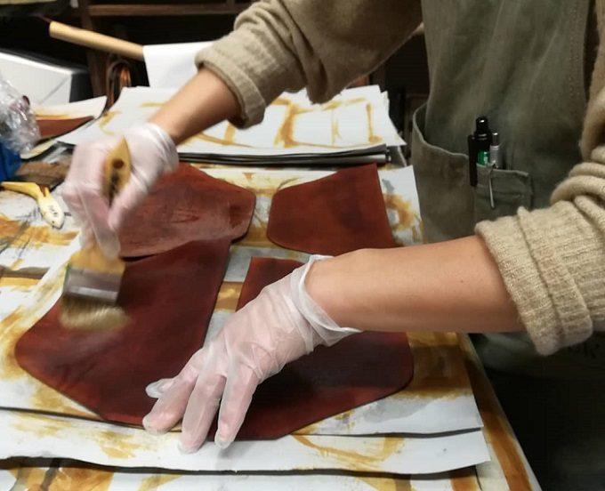革製品ブランド「SLOW」の職人がバッグを作る様子1