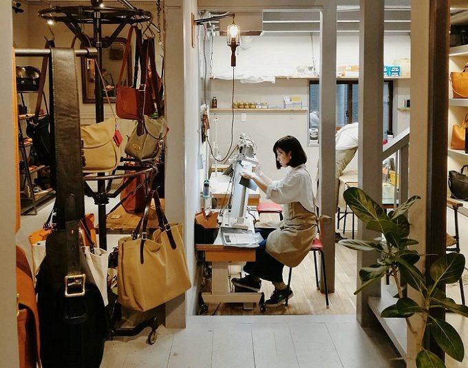 革製品ブランド「SLOW」の工房でバッグを作る職人の女性