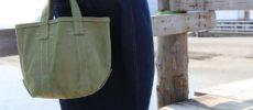 バッグブランド「SLOW」の帆布トートバッグを持った女性