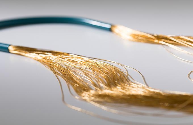 束ねて作られる「絲 tabane」のネックレスの糸を拡大した画像