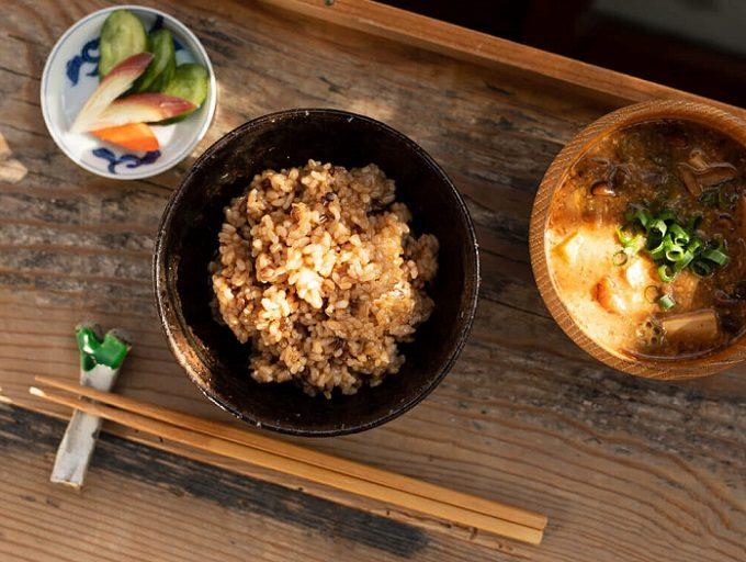 「結わえる」の寝かせ玄米とお味噌汁などが並ぶ食卓2