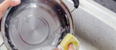 鍋を洗う様子