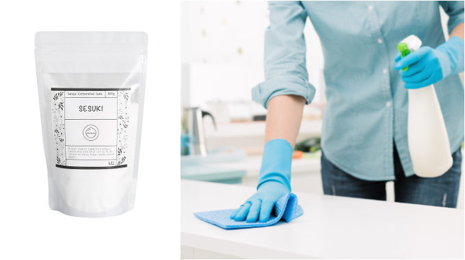 「4.U.(フォー・ユー)」の「SESUKI」と、スプレーを持って掃除する女性の手元
