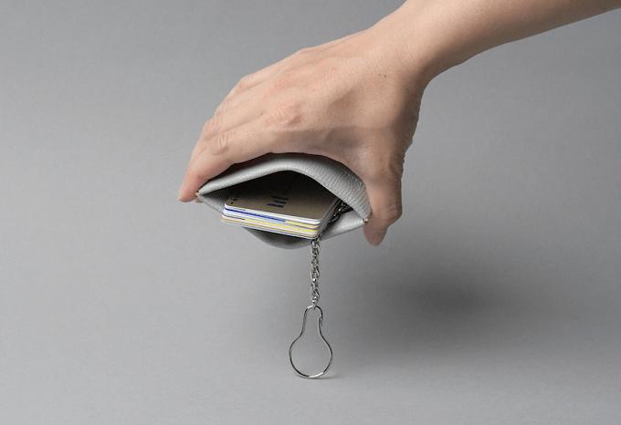 革小物ブランド「MAISON MANKITI(メゾン マンキチ)」の「ワンタッチ・コインケース」を開いた様子