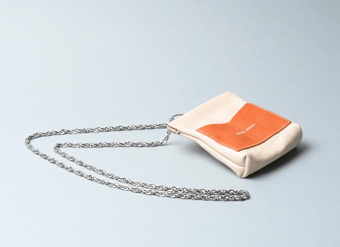 革小物ブランド「MAISON MANKITI(メゾン マンキチ)」の「ワンタッチ・コインケース」のロングチェーン付きのタイプ
