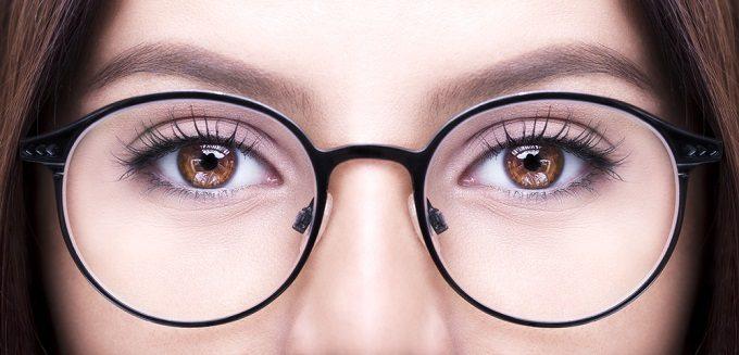 眼鏡をかけた女性の目元