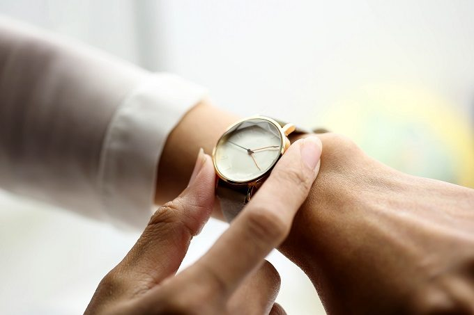 腕時計をした女性の腕