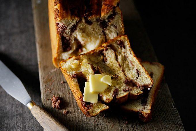 クロワッサンのようなサクサク食感とバターの香りが特徴の食パンにあんこを混ぜた「#あん食パン」3