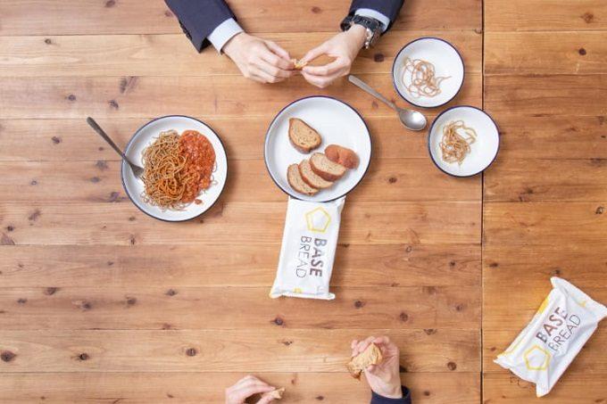 完全栄養食「BASE FOOD(R)」のパンとヌードルが置かれた食卓1