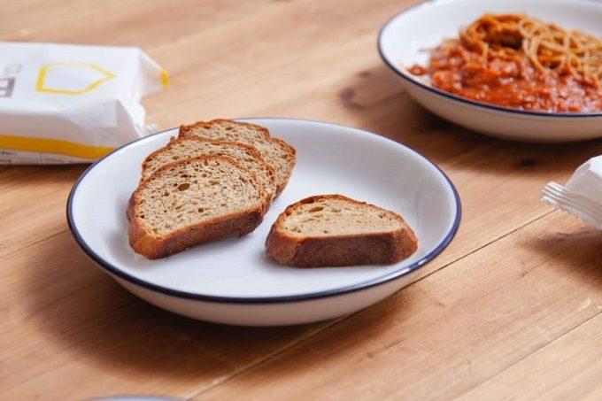 完全栄養食「BASE FOOD(R)」のパンとヌードルが置かれた食卓2