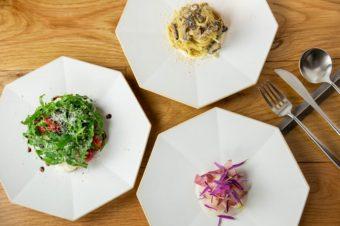 シーンを選ばず、どんな料理にも使える。食卓を明るくする白いお皿<3選>