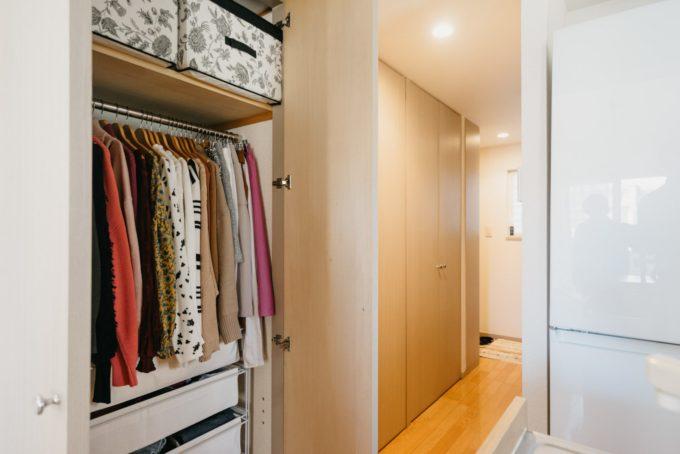 服をきれいに並べて掛け、見せる収納をしたお部屋