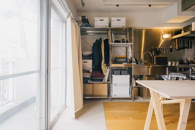 収納が少ないワンルームでも、オープンラック収納を使いおしゃれに見せた部屋4