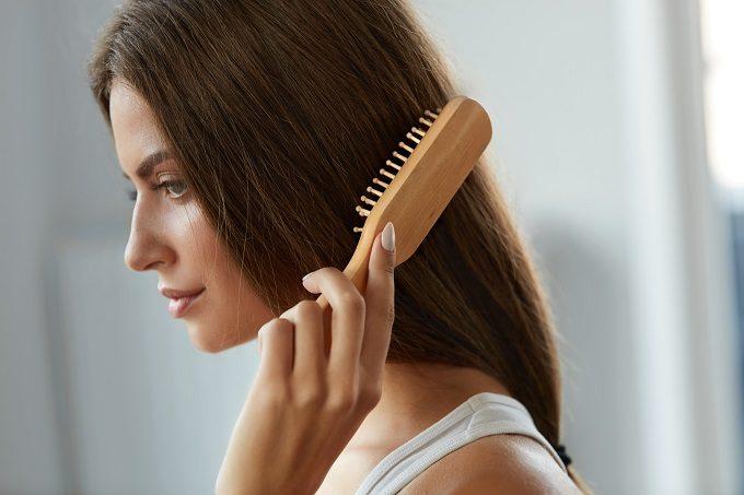 髪をとかす女性2
