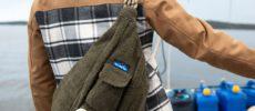 アウトドアグッズのブランド「KAVU(カブー)」のフリース素材のワンショルダーバッグ