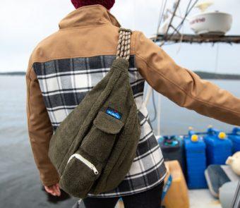 冬のカジュアルファッションに。もこもこ素材が魅力の「KAVU」ワンショルダーバッグ
