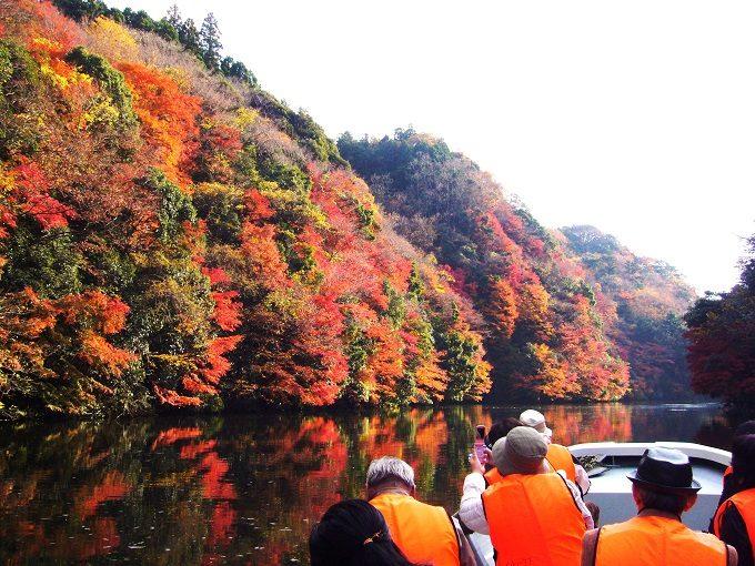 千葉県君津市の亀山湖を巡る紅葉クルージング