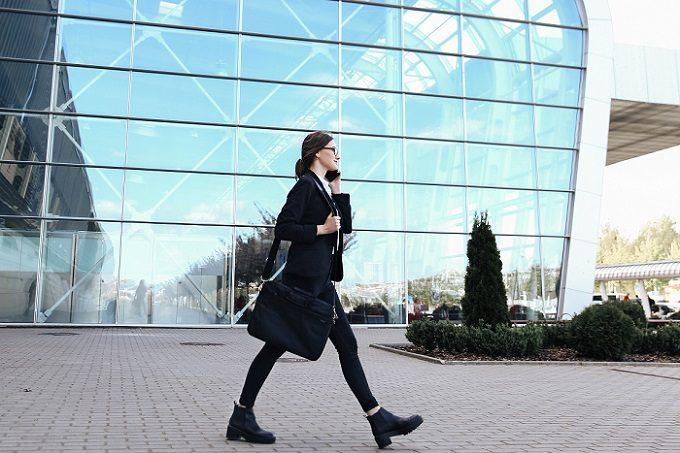 姿勢のよい女性が街を歩く様子