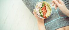 サラダを食べる女性の手元