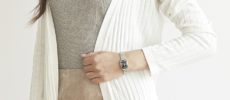 「Rosemont(ロゼモン)」のブラックの文字盤が印象的な新作腕時計をはめた女性