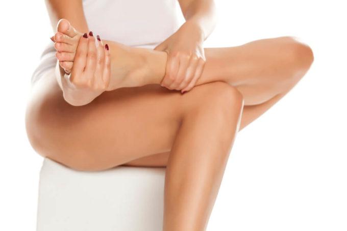 顔と足の「むくみ」の原因と、5分でできるセルフケア方法