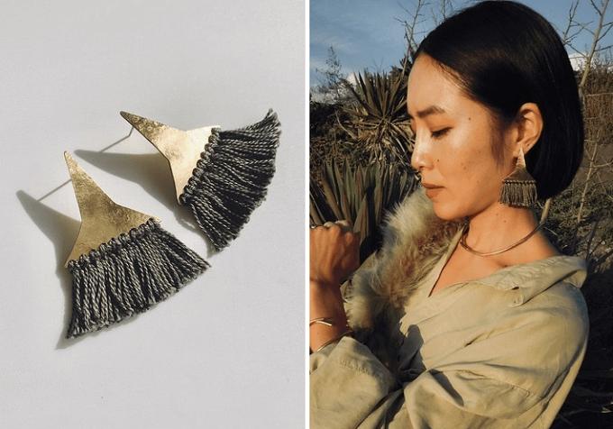 秋冬のファッションに温かみを添える「SURUME.」の真鍮の形が風変わりなフリンジピアス