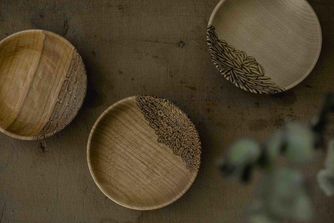 木工作家・高橋綾子さんが葉の模様を絵付けしたお皿