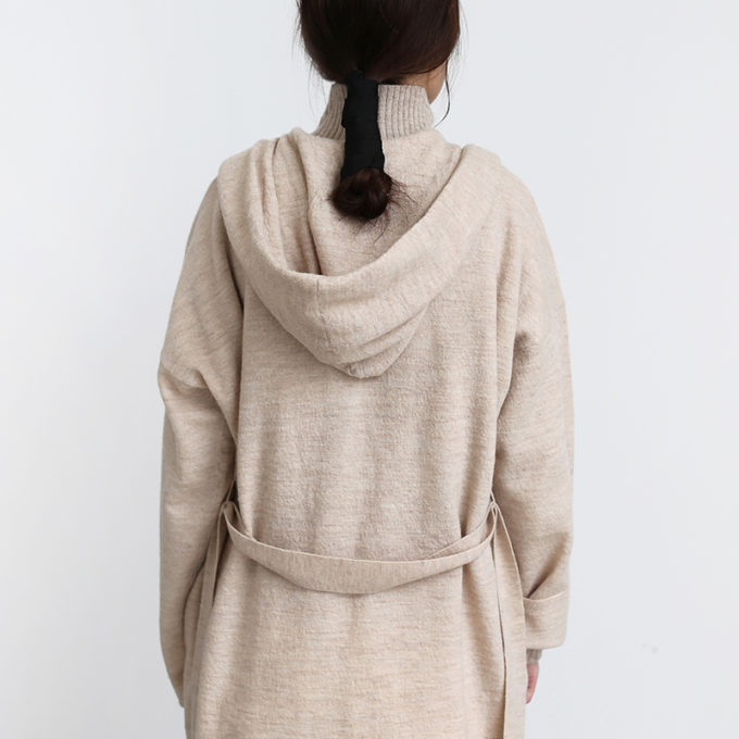 「UNIVERSAL TISSU ユニヴァーサル ティシュ」のフード付きロングカーディガンを着た女性の後ろ姿