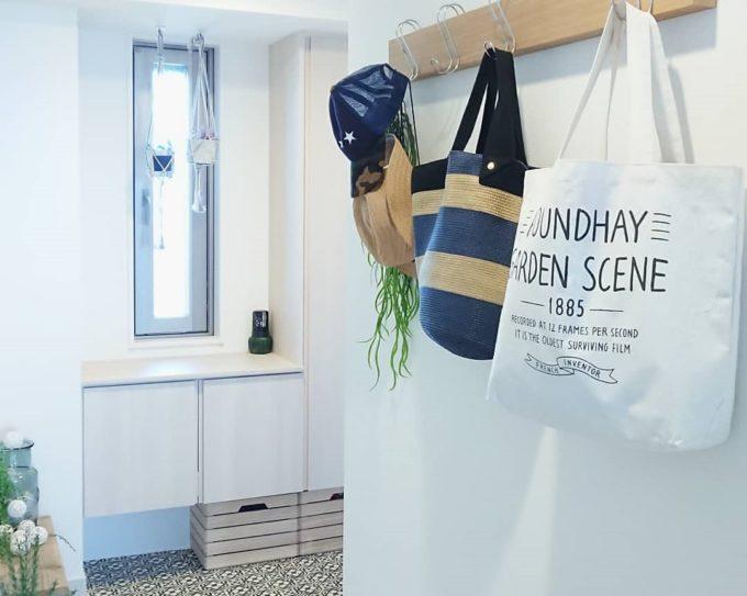 玄関にフックを備え付け、バッグを掛けたところ