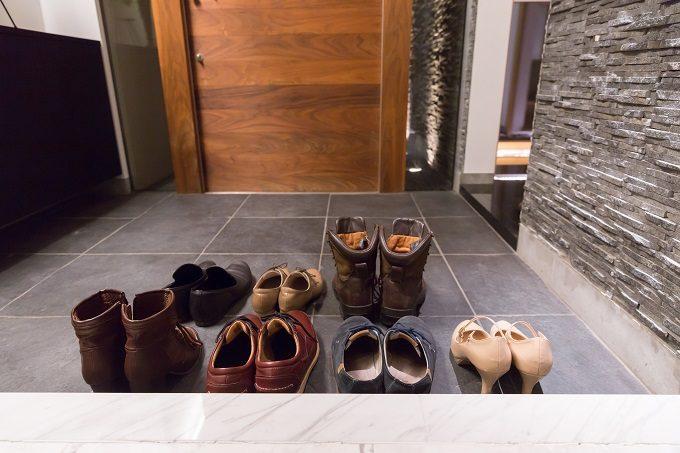 靴がたくさん置かれた玄関