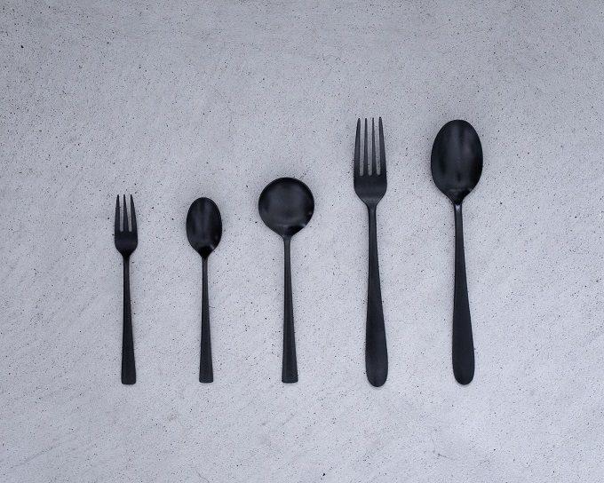 金属を黒く変色させる「黒染め」を活かした「96KURO」のステンレスカトラリー5種
