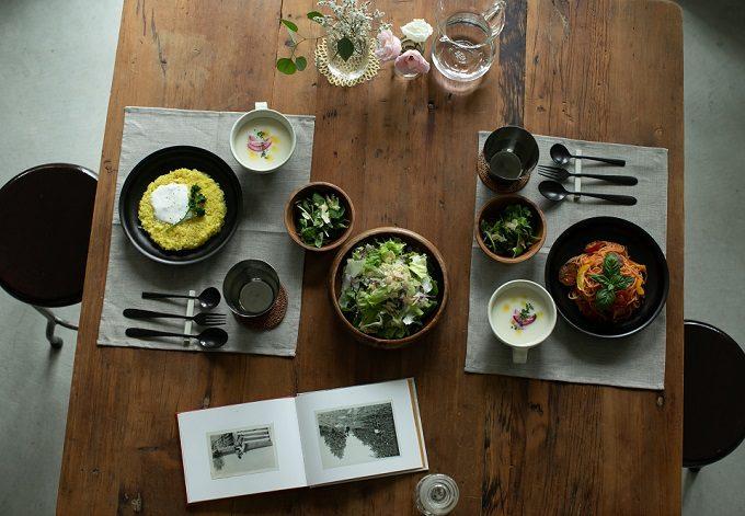 金属を黒く変色させる「黒染め」技術を活かした「96KURO」のテーブルウェアを使った食卓風景3