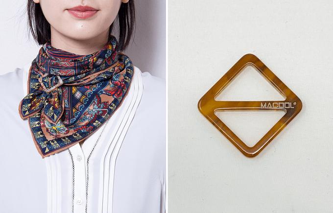 「MACOOL(マクール)」のスカーフと正方形のバックル