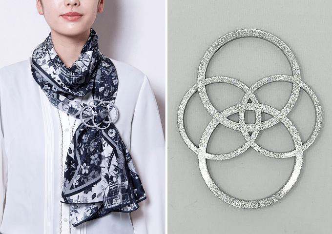 「MACOOL(マクール)」のスカーフと花のような形のバックル