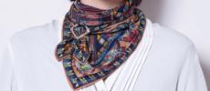 「MACOOL(マクール)」のスカーフを巻いた女性