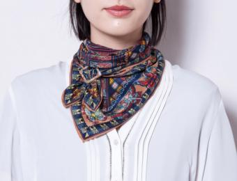 バックルやリングでワンランク上のおしゃれを。装いを華やかに彩る「MACOOL」のスカーフ