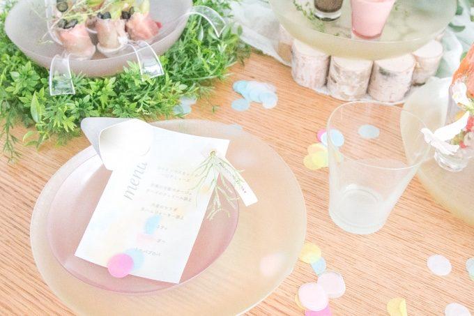 カードを使ったおもてなしのテーブルセッティング写真