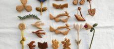 木製ブローチのブランド「ao11(アオジュウイチ)」の、植物や動物などさまざまな形のブローチ1